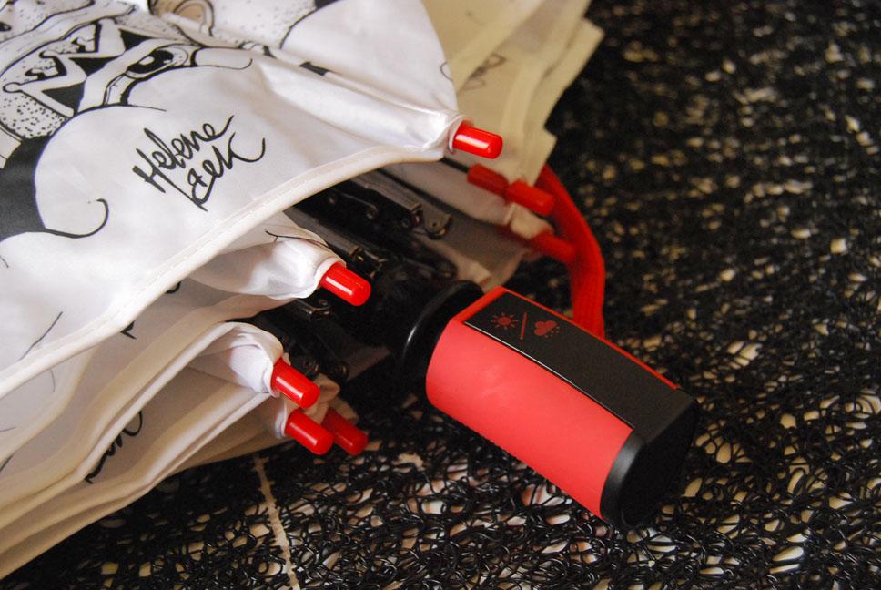 parapluie déplié - détail du bouton design d'actionnement du parapluie