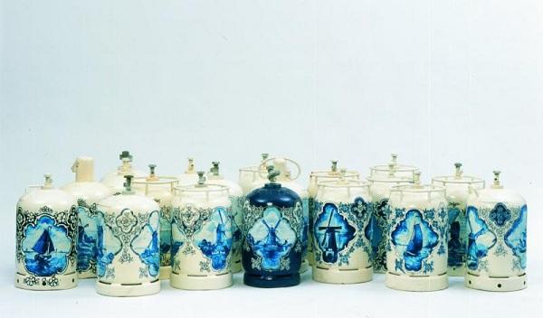 Bonbonnes de gaz décorées par Wim Delvoye à la façon des faiences de Delft