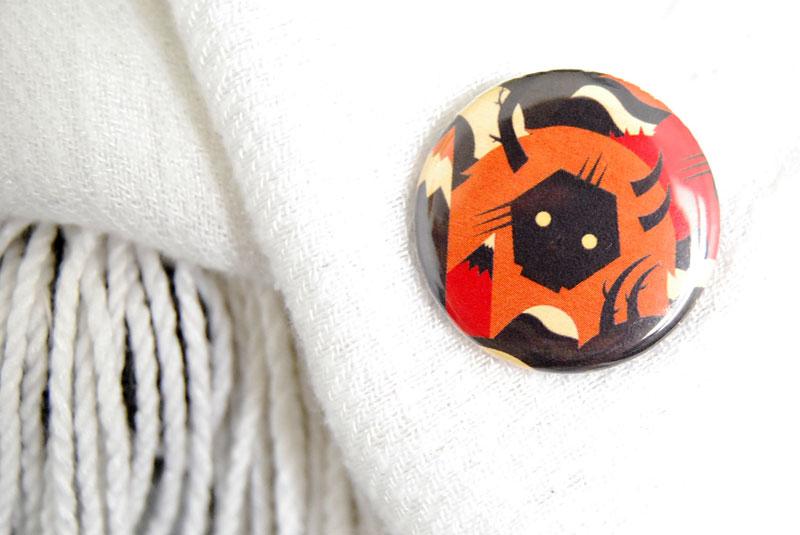 En prime, un petit cadeau raccord avec la sacoche : un badge Niark1. Crédits photo : La Veilleuse Graphique