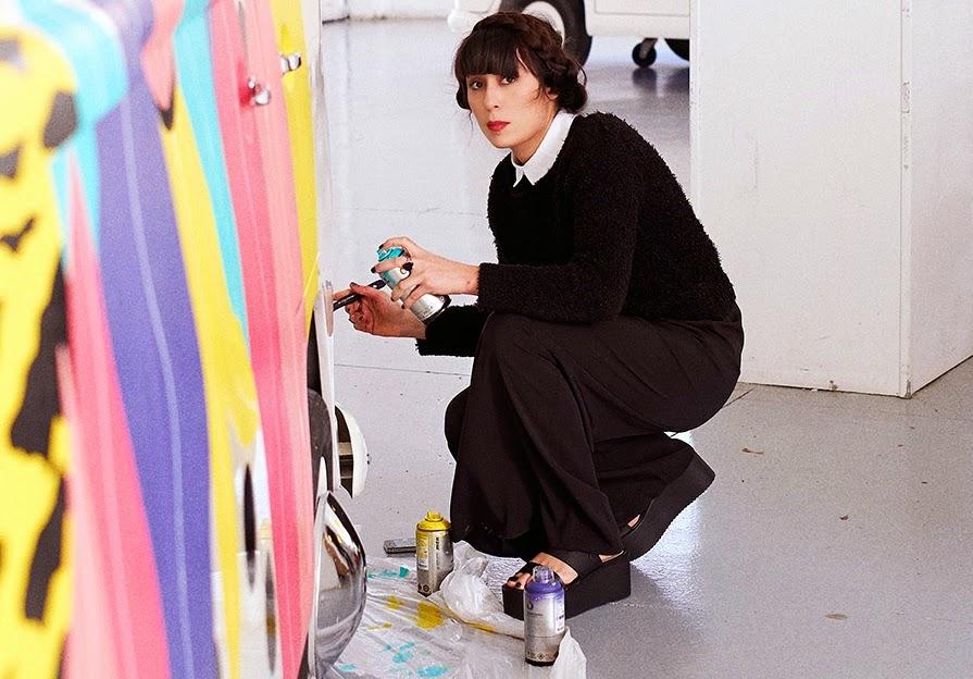 Michela Picchi en train de peindre son van