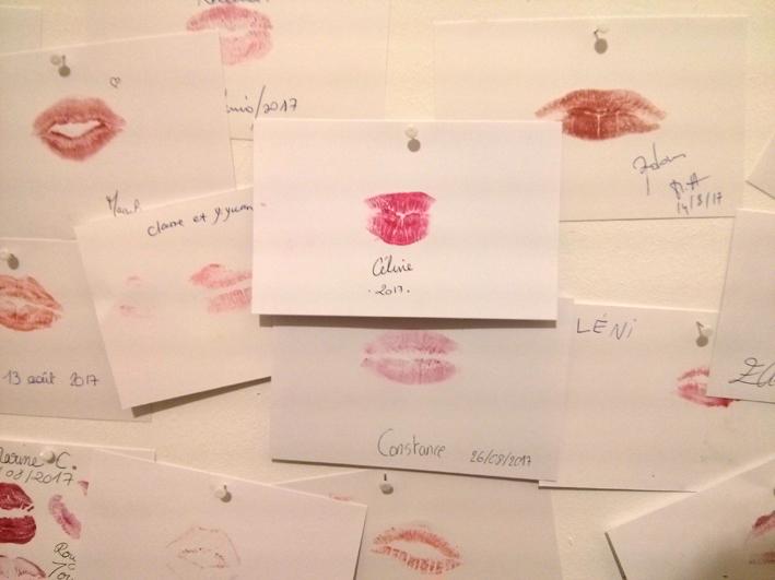 Mur d'empreintes de rouge à lèvres au Musée des Arts Décoratifs de Bordeaux pour l'exposition Oh Couleurs !