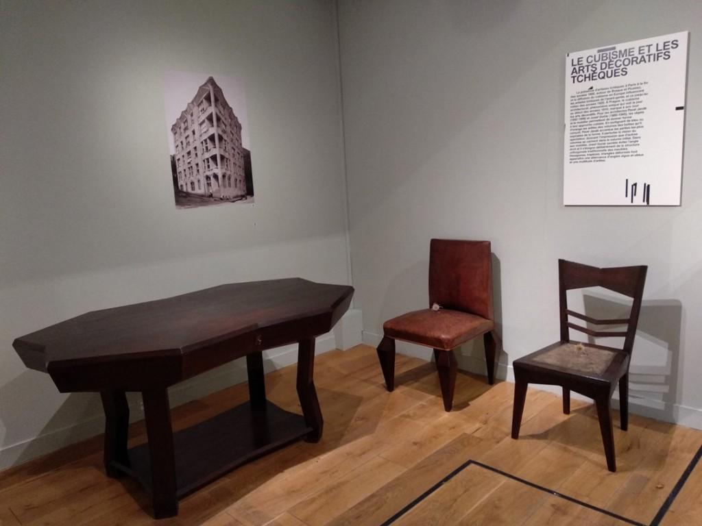 illustration de l'inspiration cubiste dans le graphisme, le mobilier et l'architecture